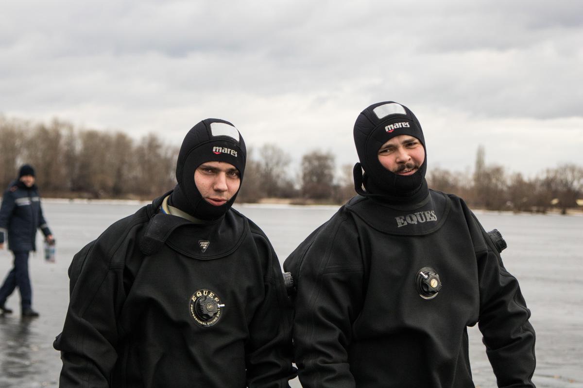 Улыбчивые спасатели перед погружением в ледяную воду