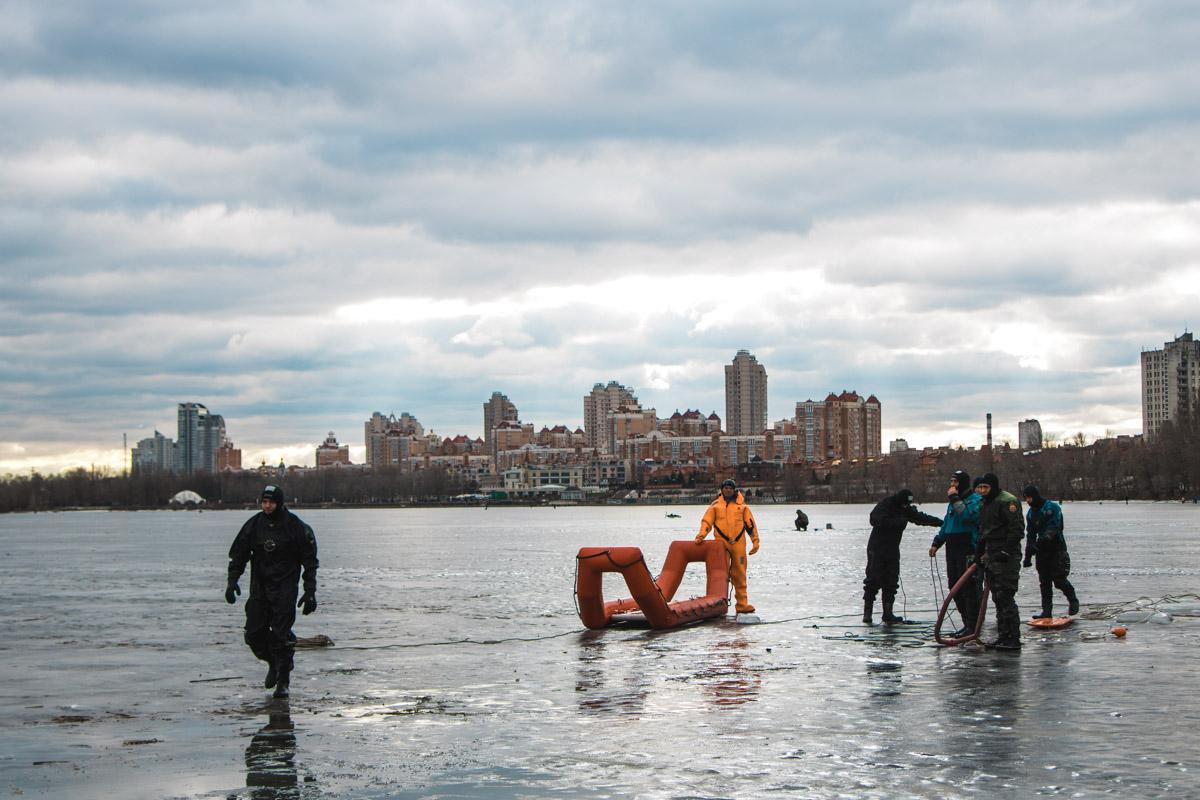 На Оболонской набережной спасатели показали, как нужно спасать утопающих