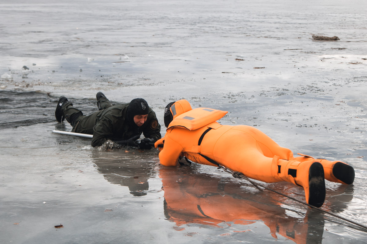 Спасатели ныряли в воду в специальных термокостюмах