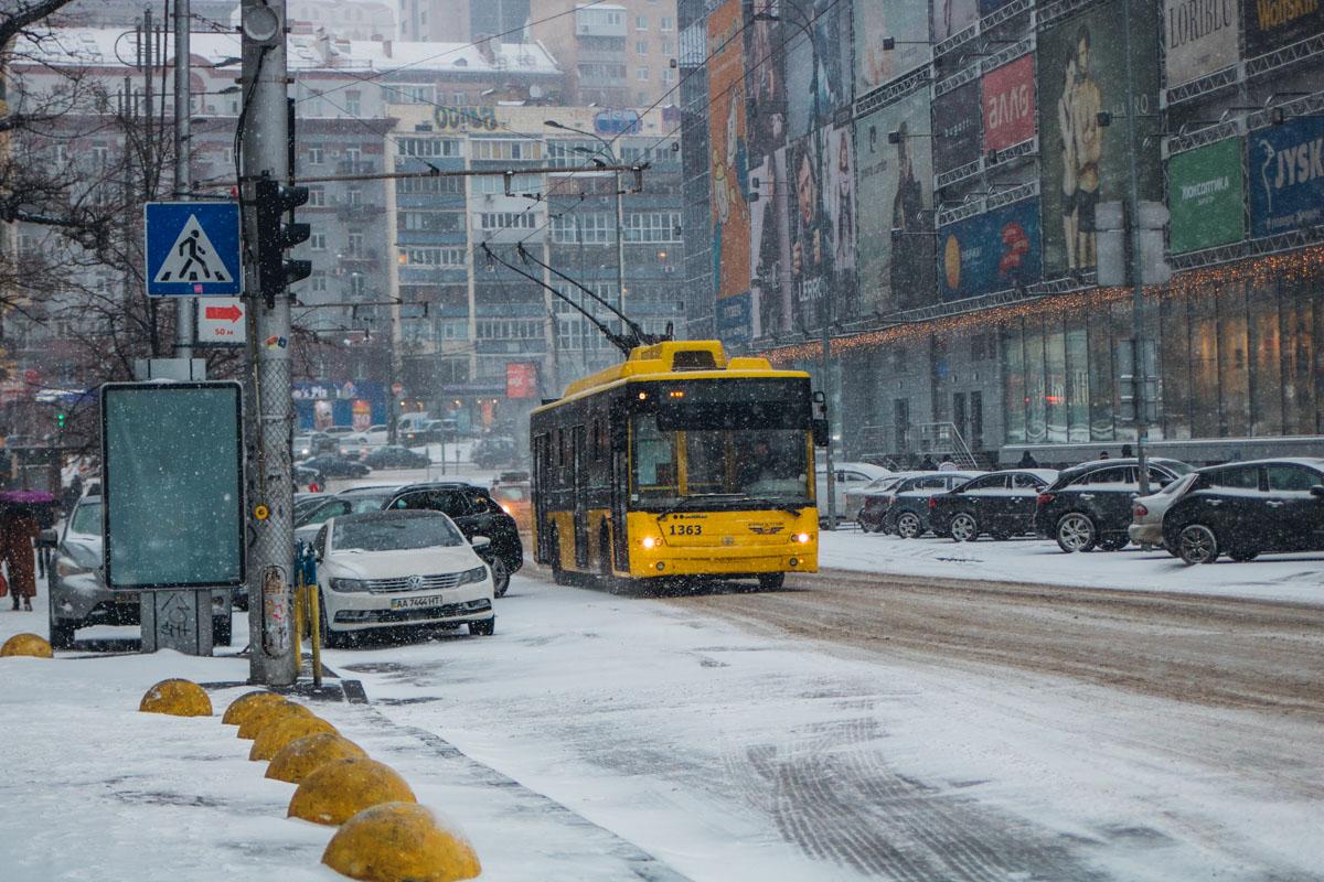 Погреться, спрятаться от снегопада и пообщаться всегда можно в троллейбусе