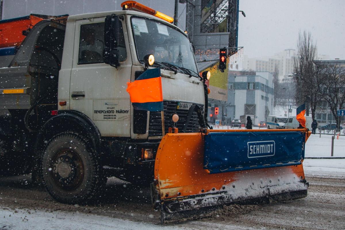 Коммунальщики отчаянно борются со снегом