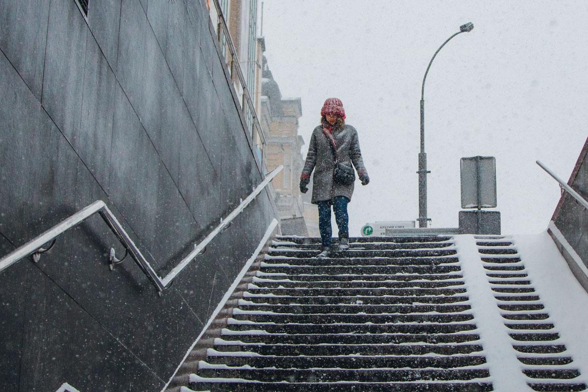 Спрятаться от снега можно также в подземном переходе