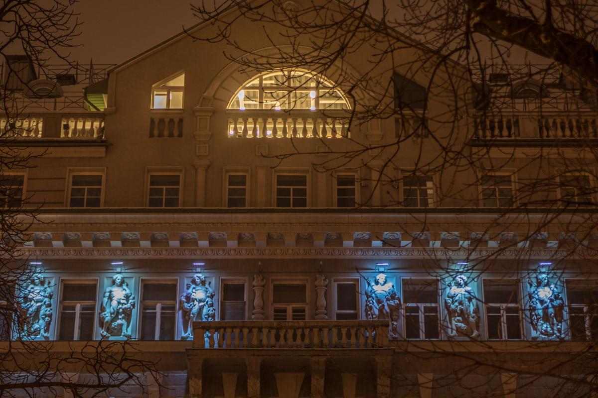 Неприметные днем элементы архитектуры ночью завораживают
