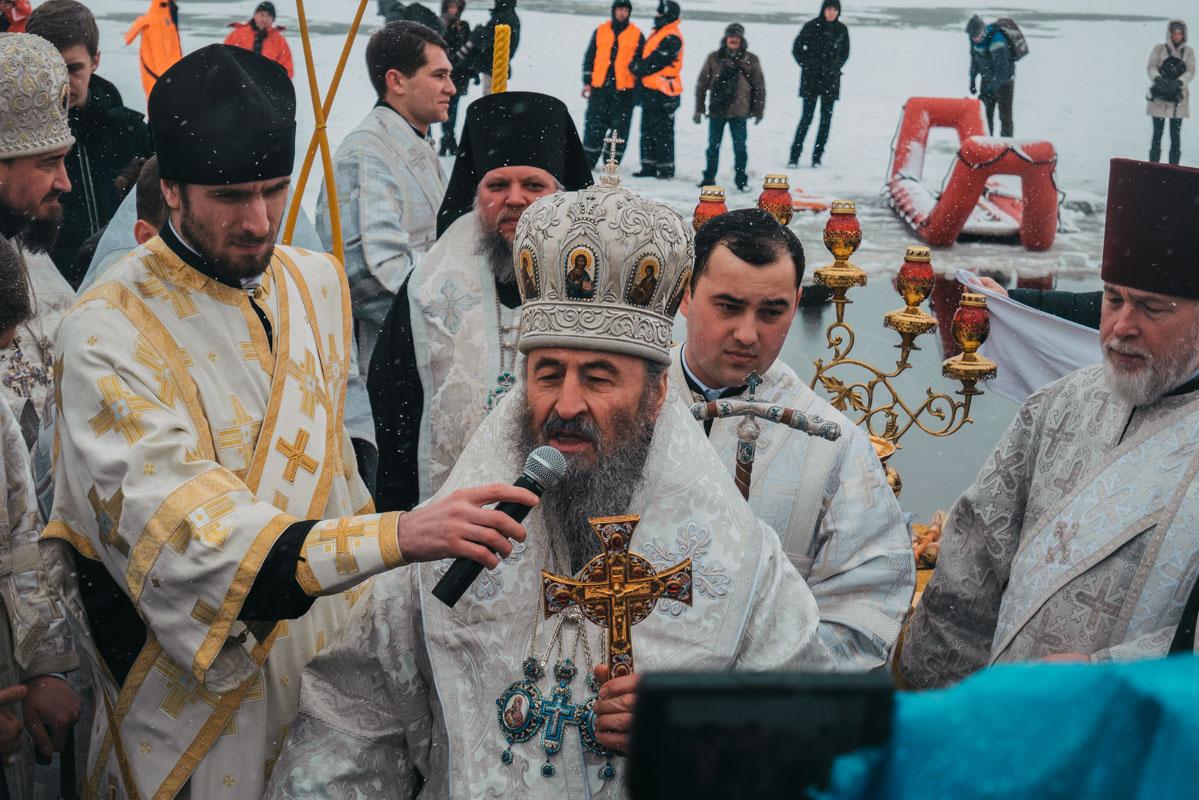 После освящения воды митрополит обратился к прихожанам