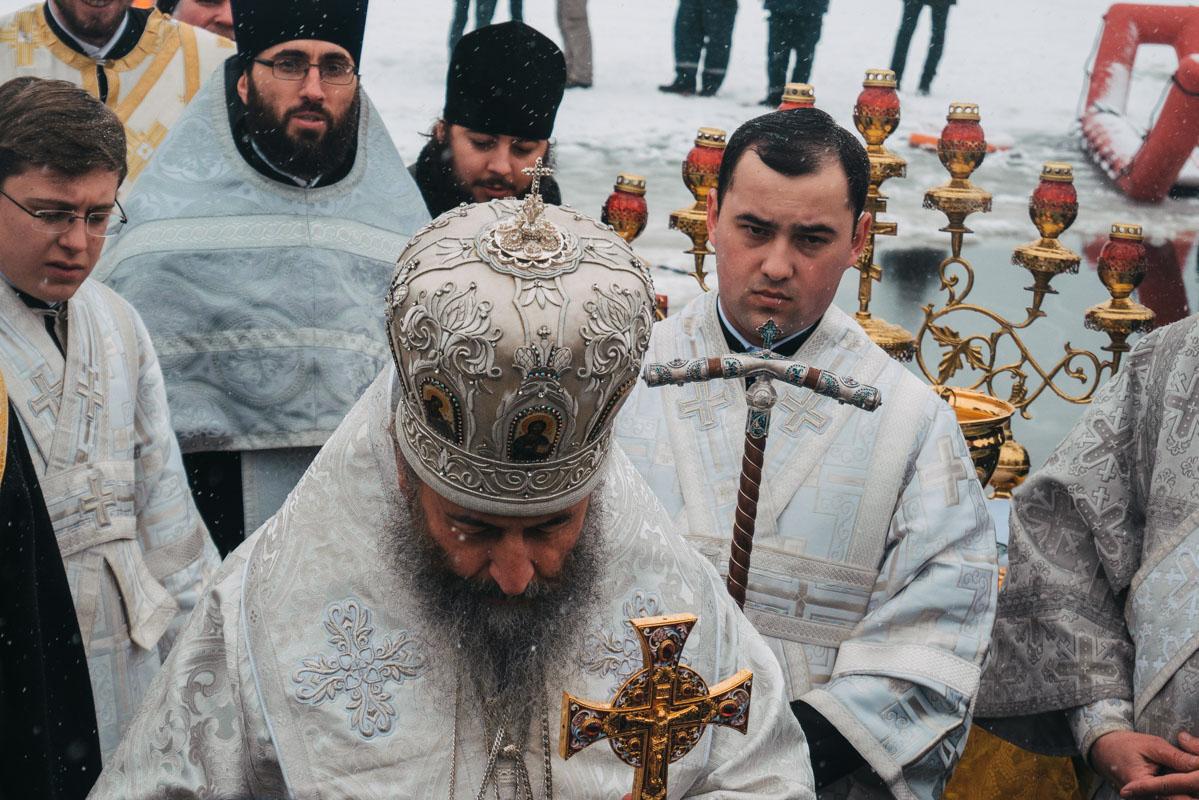Также священнослужитель освятил водой всех присутствующих