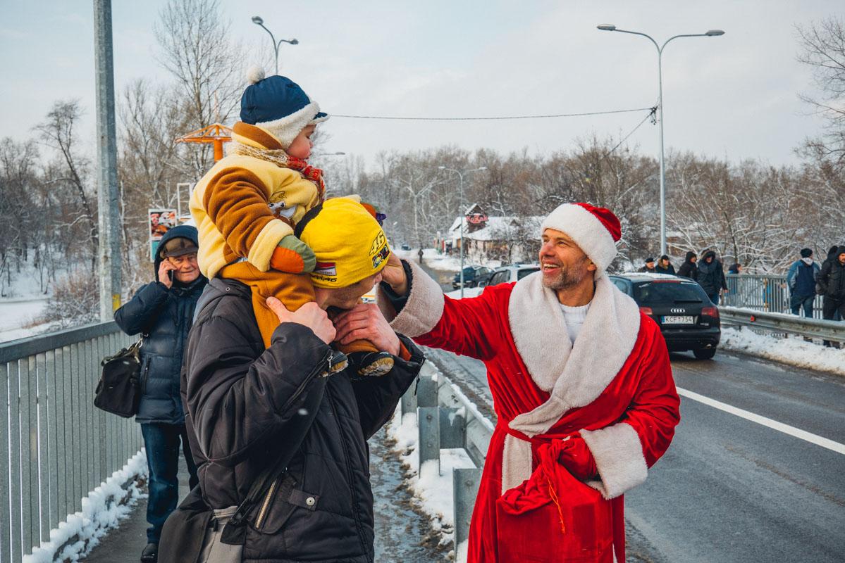 На мосту в этот день можно было встретить и Деда Мороза