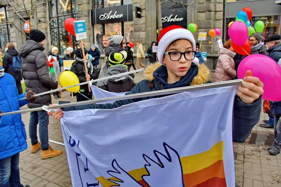 Дети пришли на марш с флагами и шариками