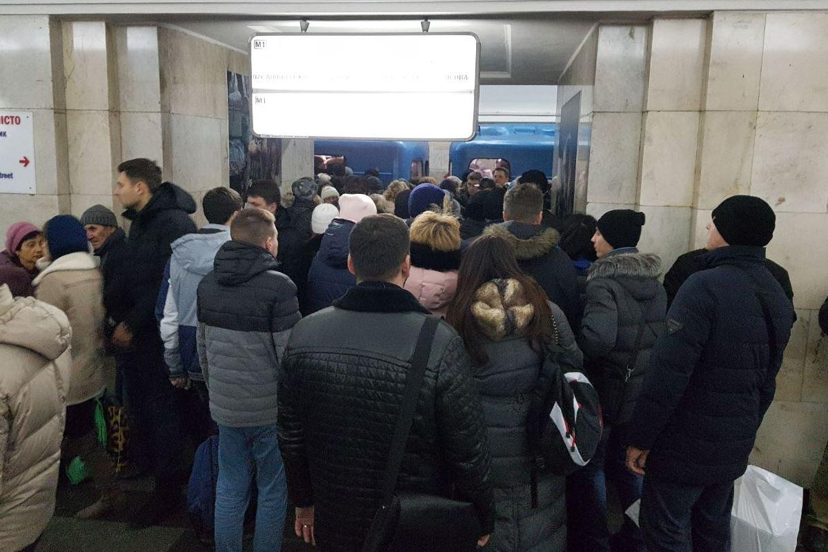 Встоличном метрополитене пояснили причины остановки поездов накрасной ветке