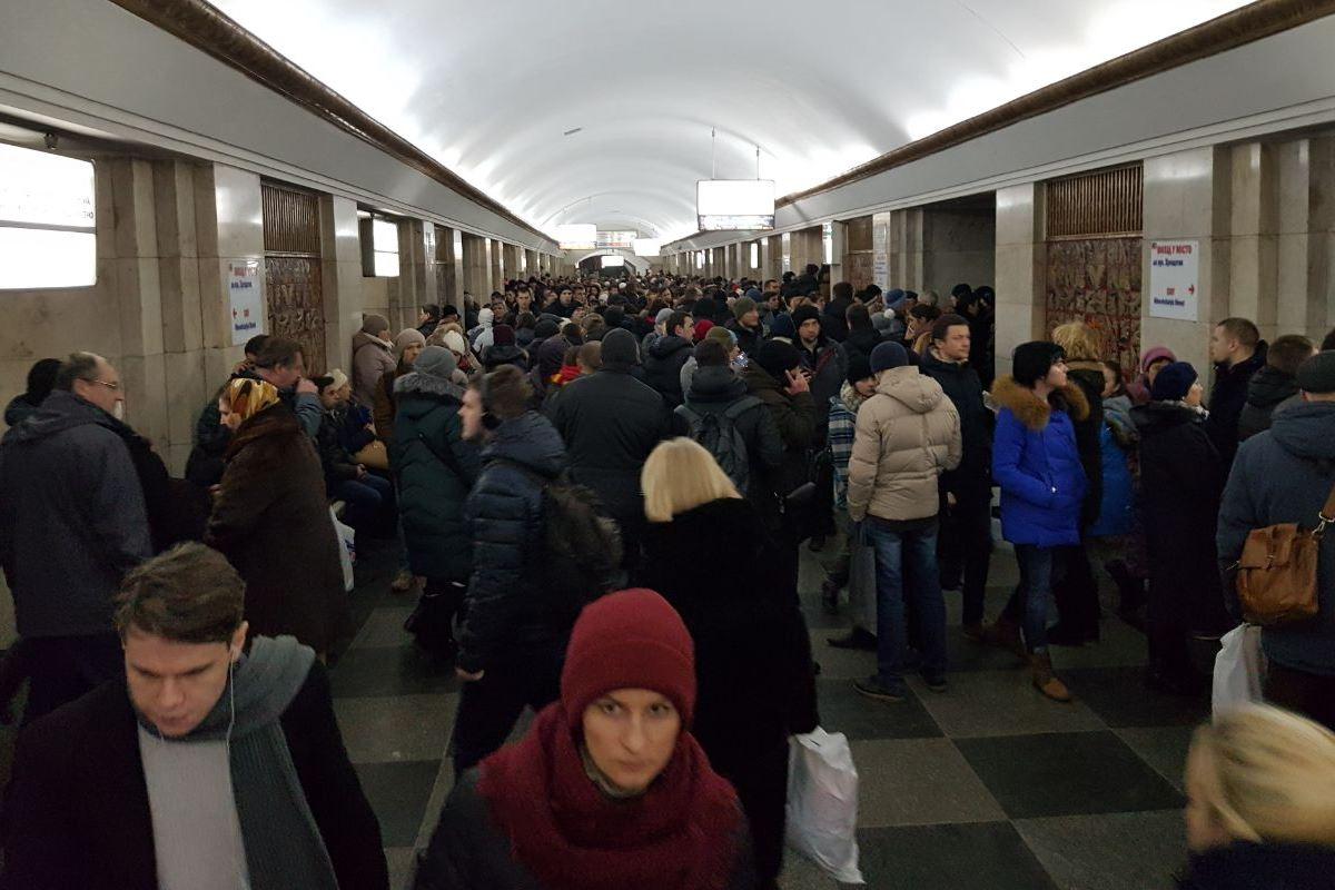 Накрасной ветке метро украинской столицы остановили движение поездов