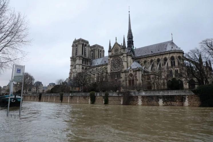 В Париже вода поднялась до отметки 5,45 метров