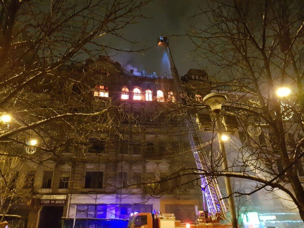 Для тушение пожара спасатели задействовали кран