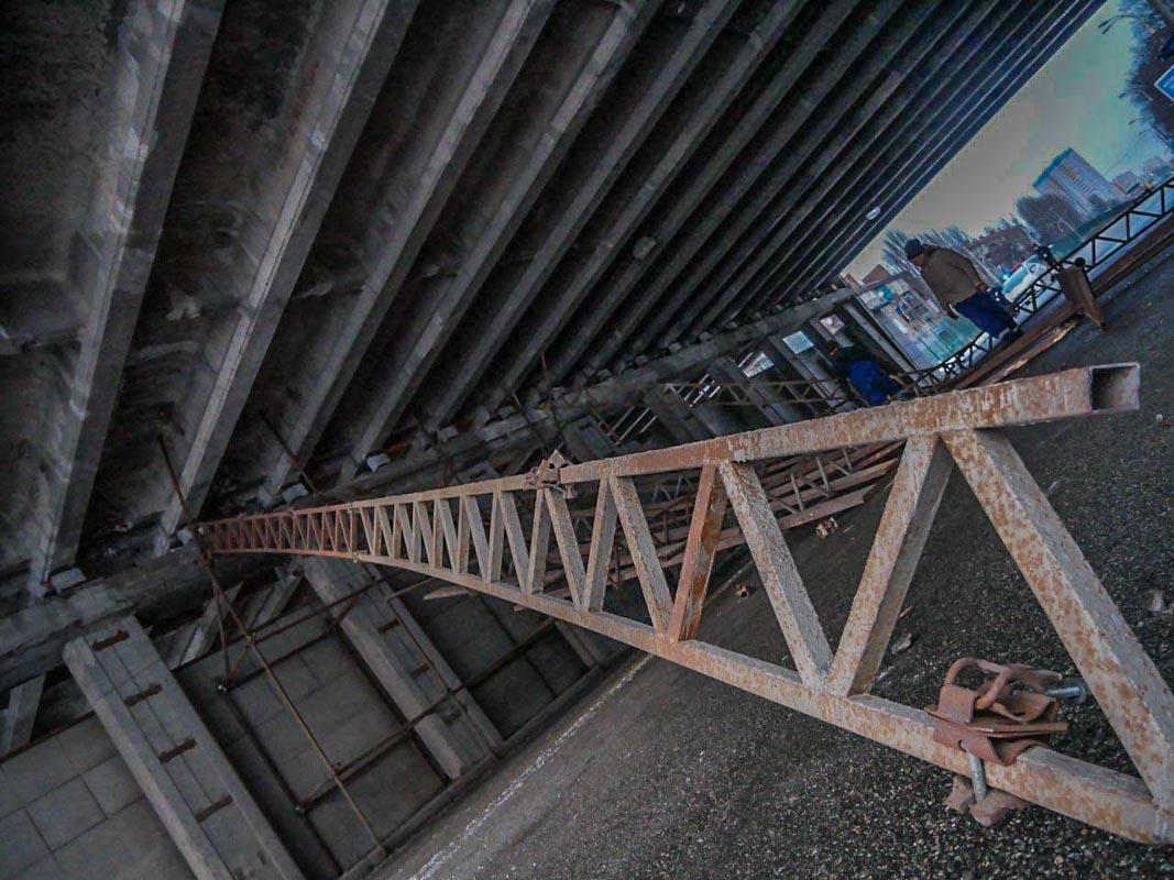 Обрушившиеся конструкции перекрыли движение транспорта