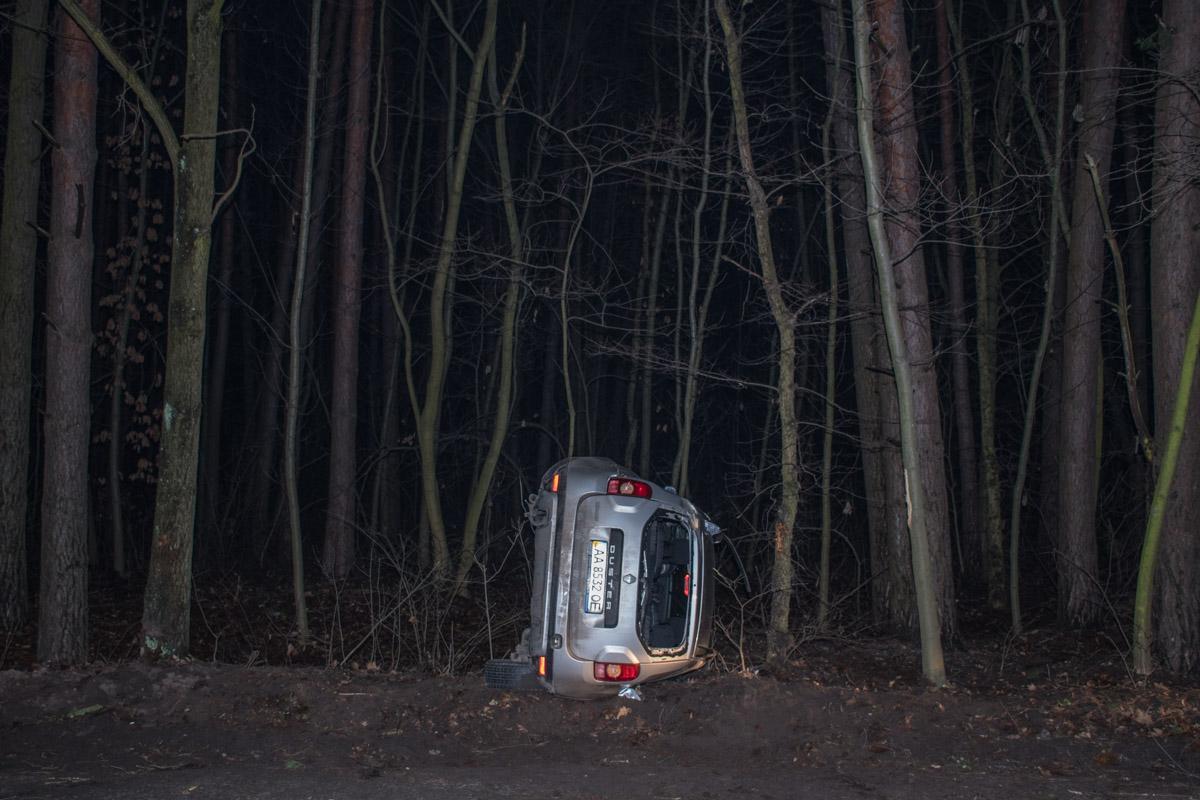 От удара Renault Duster перевернулся и вылетел на обочину