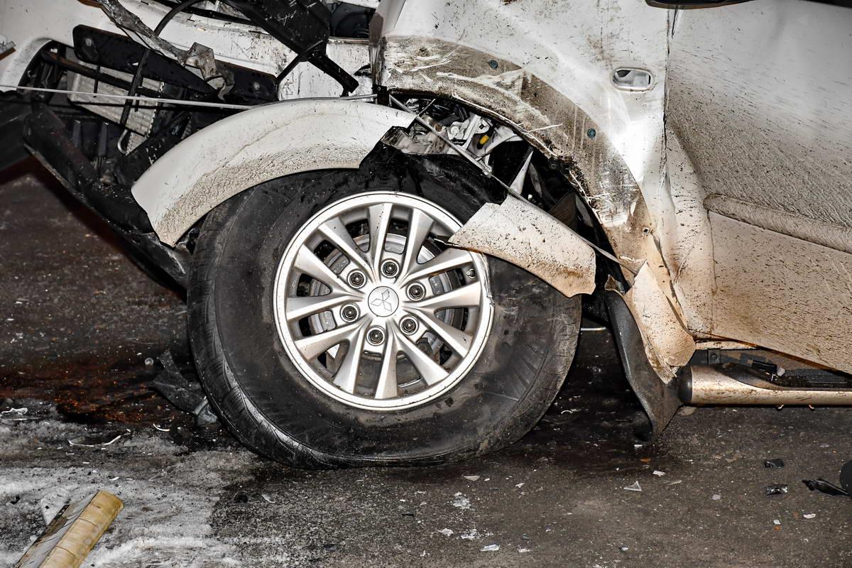 В результате столкновения машина получила серьезные повреждения