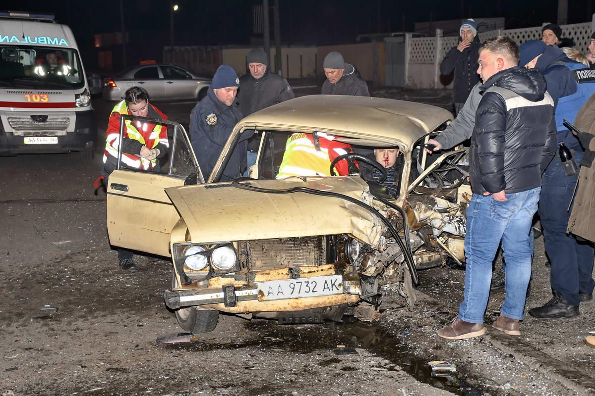 В результате ДТП водителя ВАЗа зажало в автомобиле