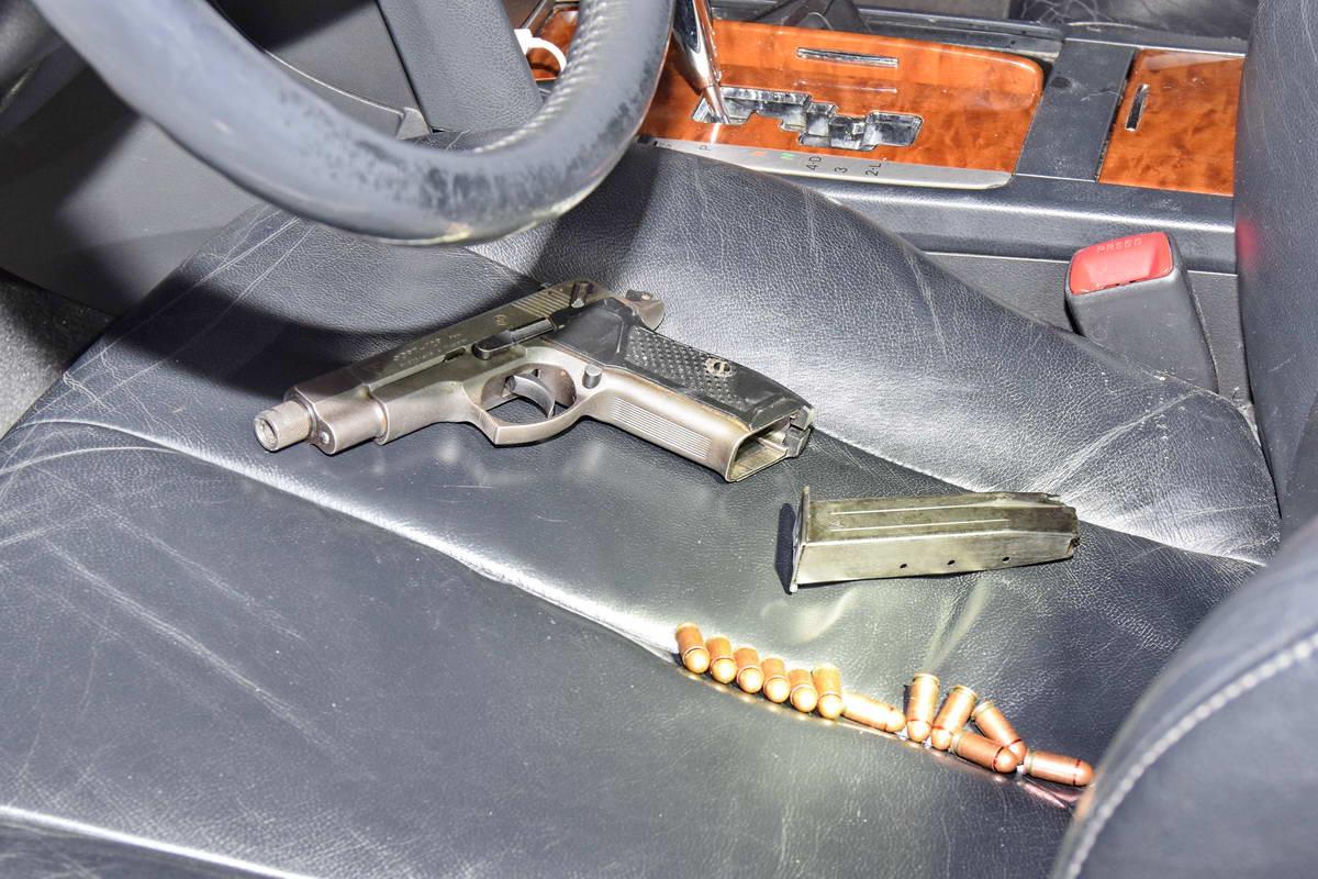 Предмет, похожий на пистолет, и боевые патроны изъяли как улики