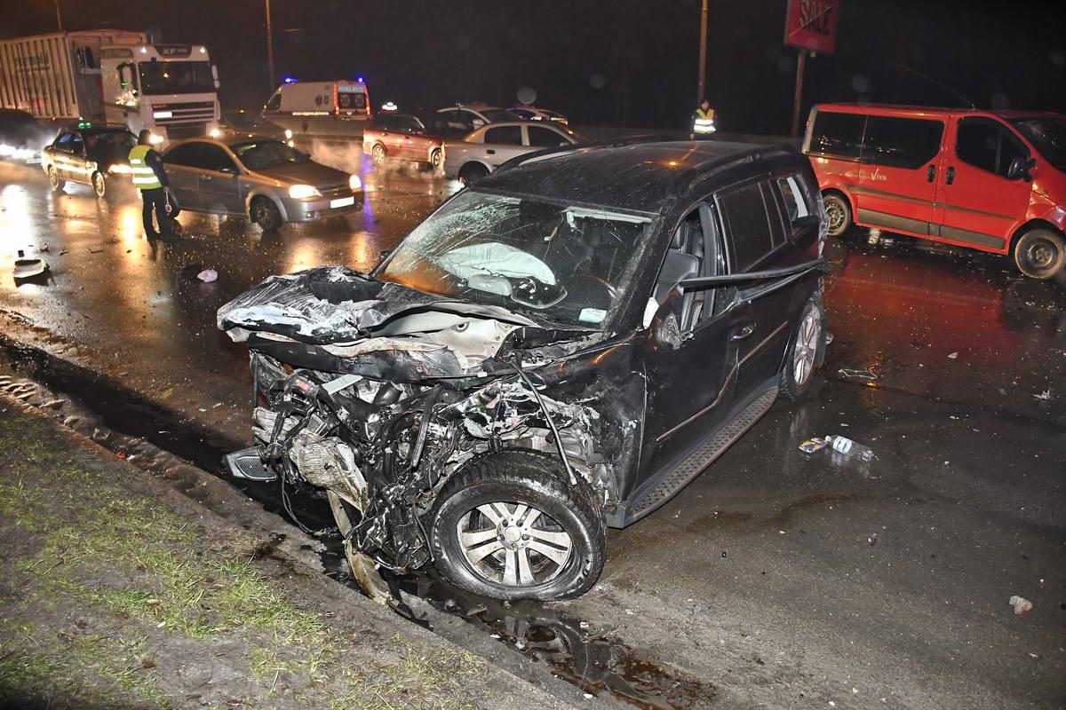 Mercedes, который и спровоцировал столкновения, также серьезно пострадал - у него полностью разбита передняя часть корпуса