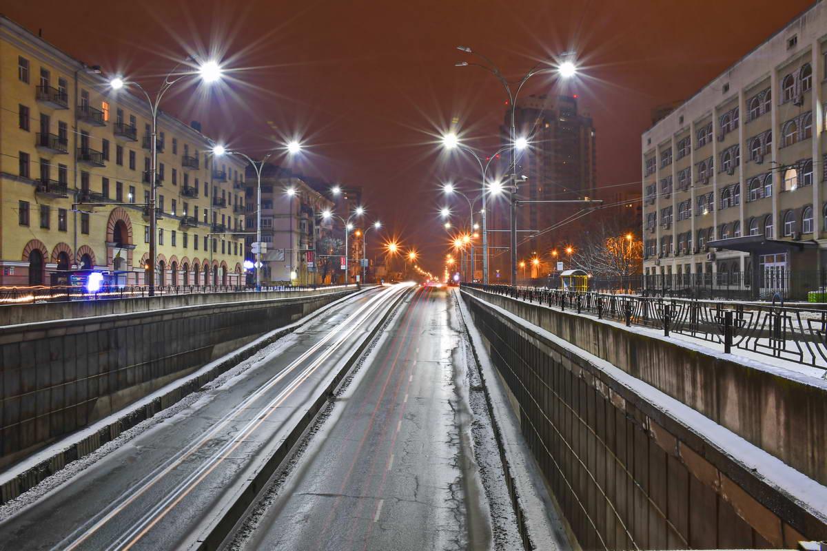 Снег добавляет особенной красоты ночной авеню