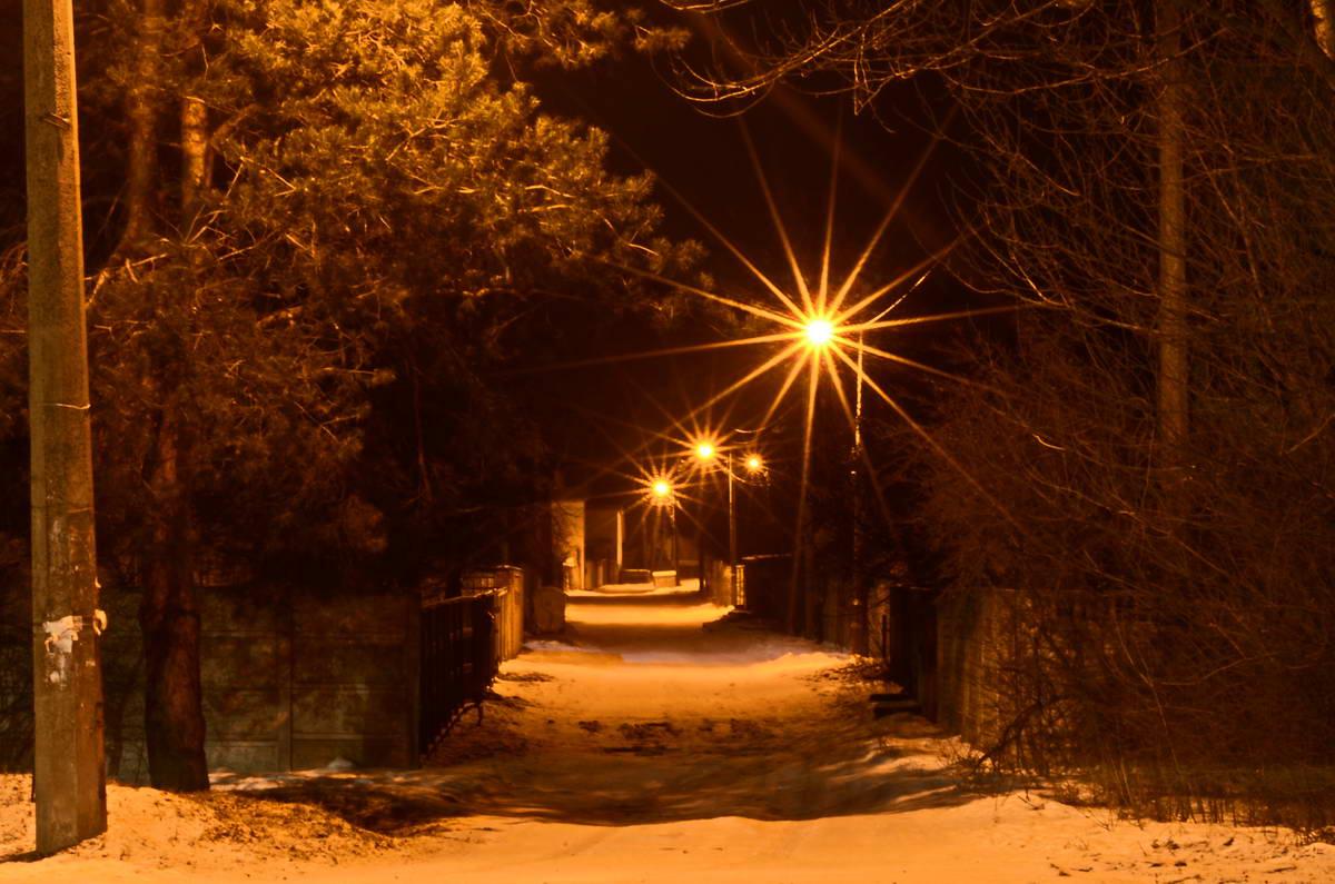 Пустынные улицы выглядят ночью одинокими