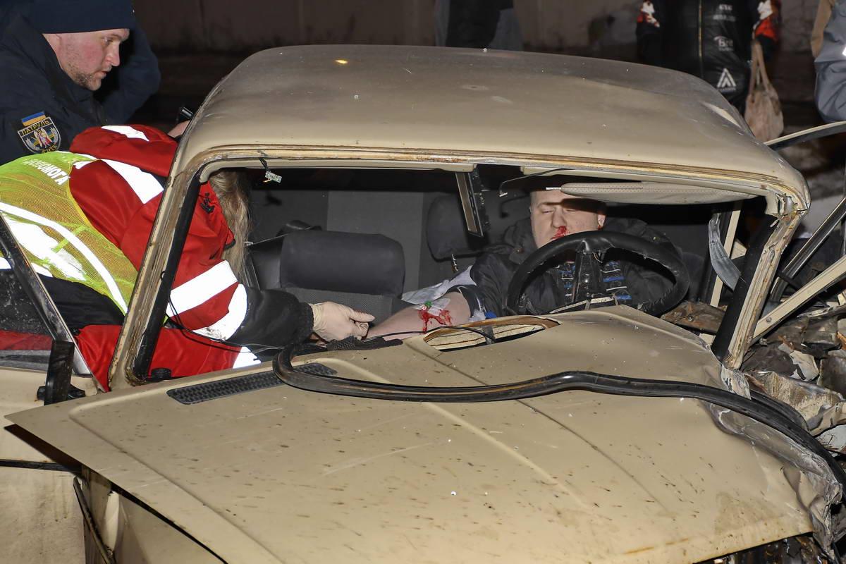Первую помощь оказывали прямо в покореженном автомобиле