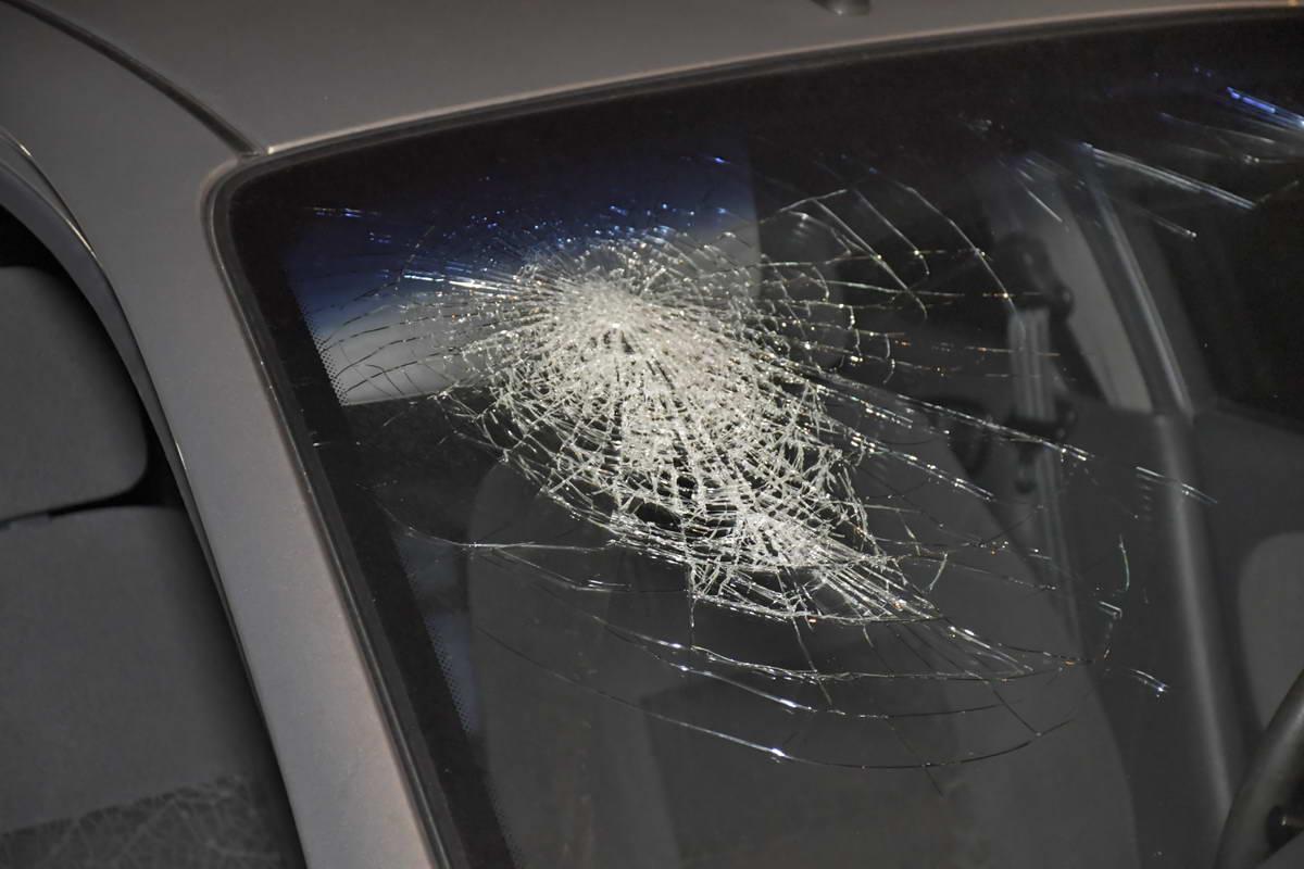 Молодая девушка разбила голову об лобовое стекло