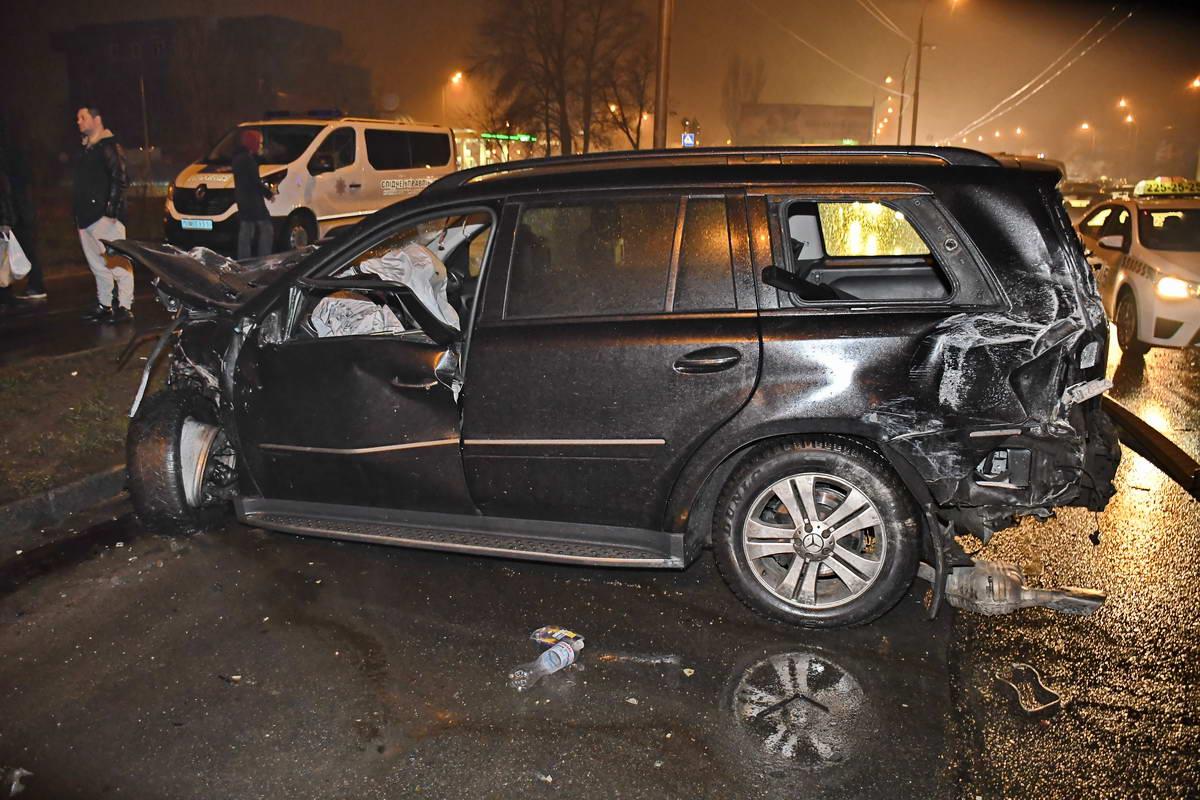 У некоторых машин разбита как задняя, так и передняя часть бампера