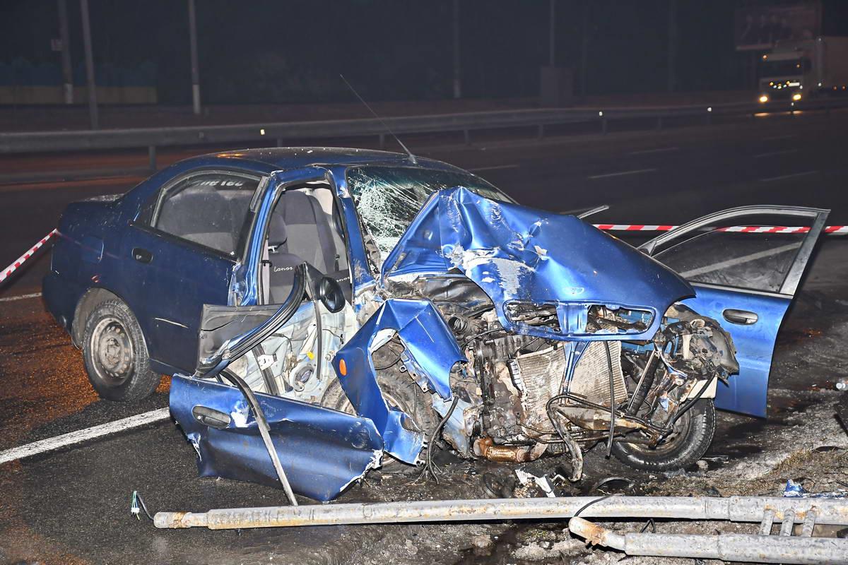 На столичном шоссе Daewoo влетел в фонарный столб