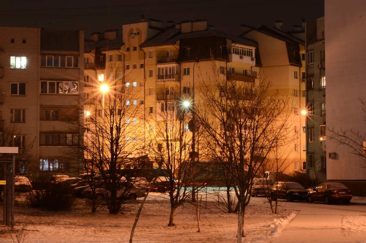 За окном еще ночь, но город потихоньку просыпается