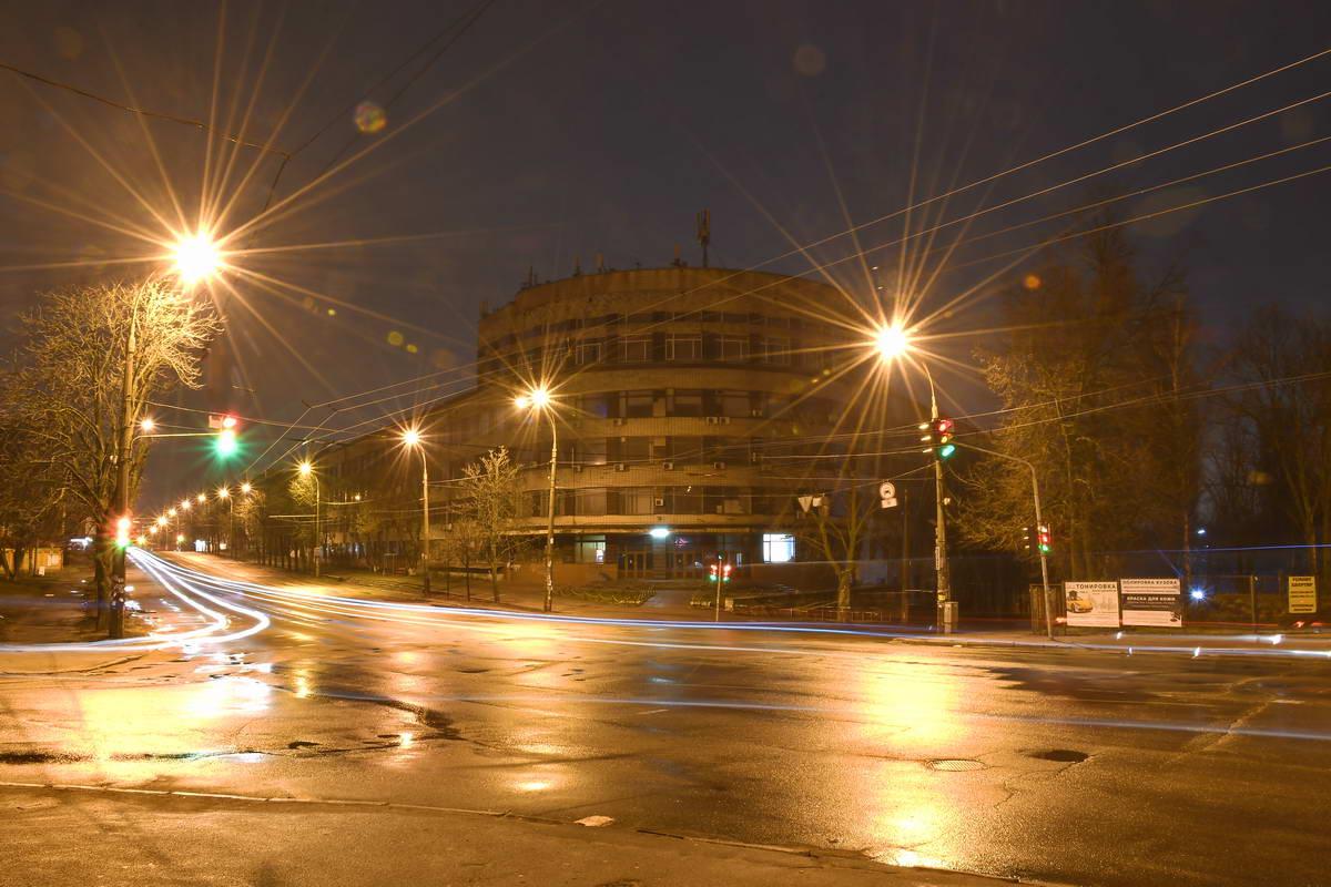Институт физики полупроводников ночью выглядит совершенно иначе