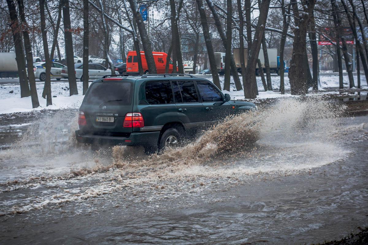Водителям приходится объезжать аварийный участок по тротуару или ехать по огромным лужам