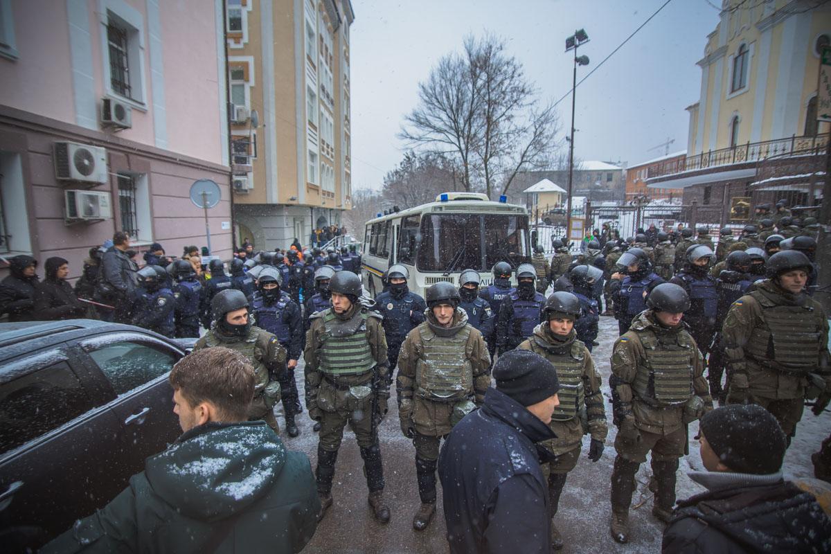 Около Соломенского суда между правоохранителями, националистами и бойцами батальона «Донбасс» произошла стычка