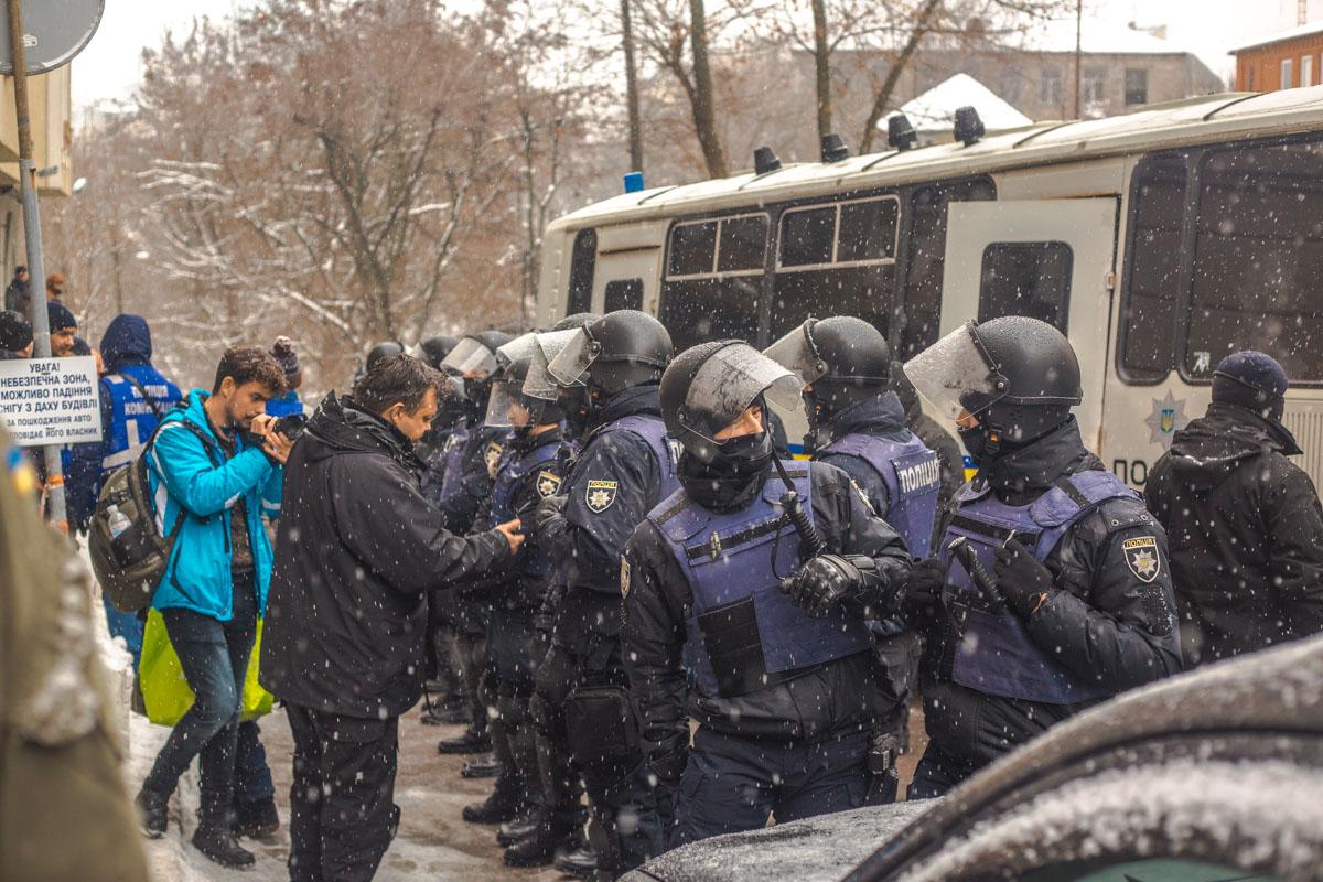 Полицейские и Нацгвардейцы оцепили здание
