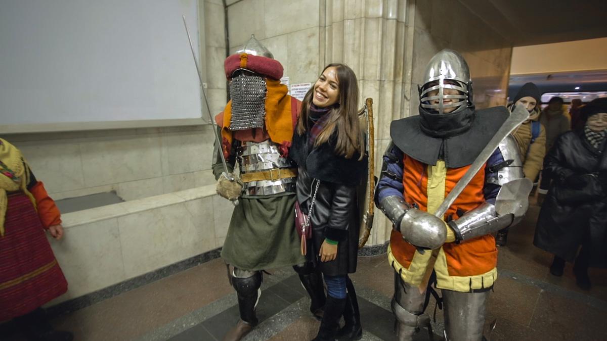 Пассажиры метро феерично начали празднование Масленицы