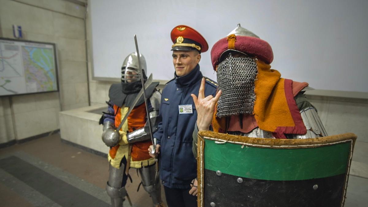 Даже работники метро делали фото с современными рыцарями