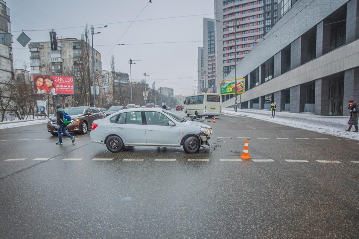 Renault хотел развернуться на пешеходном переходе и въехал в автомобиль патрульных