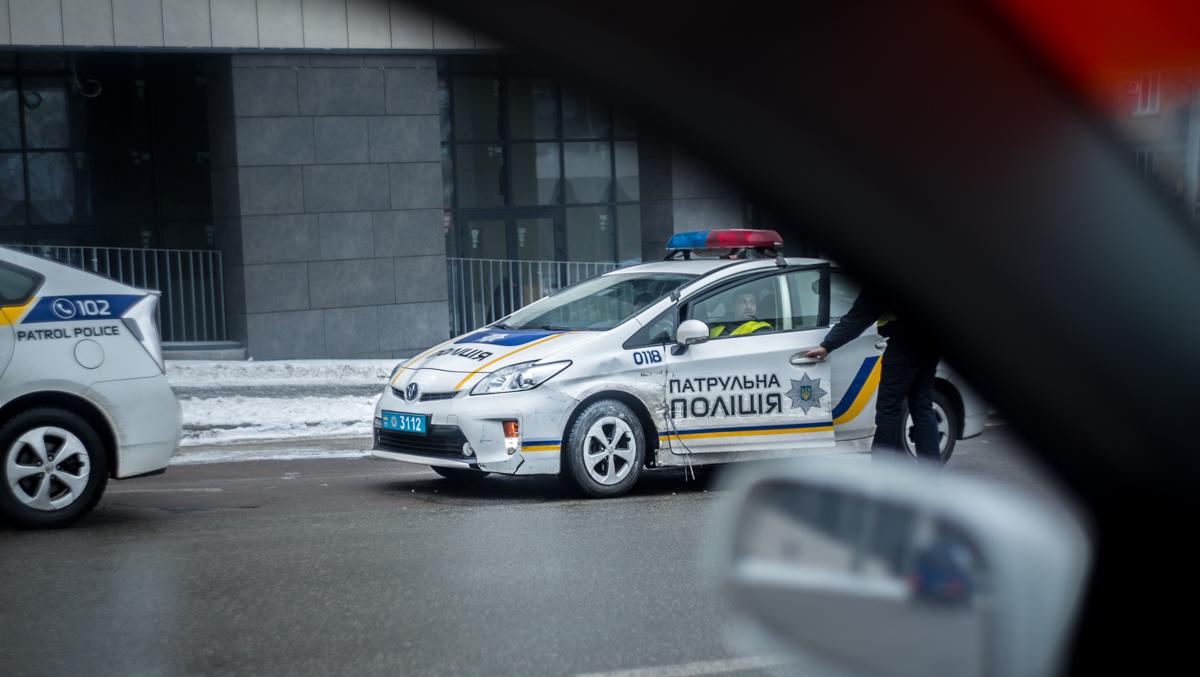 У полицейской Toyota Prius помятая левая сторона