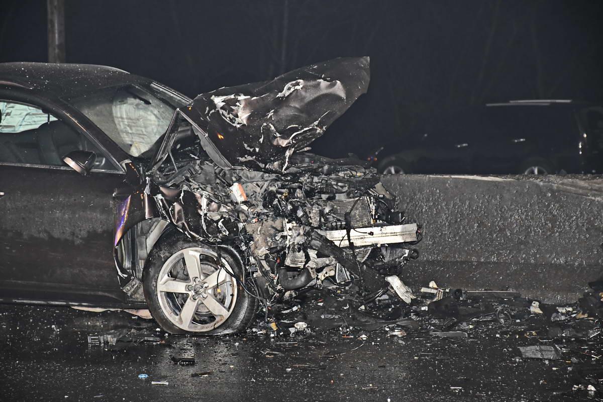 Больше всего пострадал DaciaLogan - авто вылетело через отбойник, а его водитель и пассажир погибли