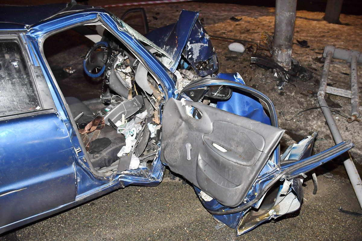 Водителя в шоковом состоянии извлекали из машины спасатели