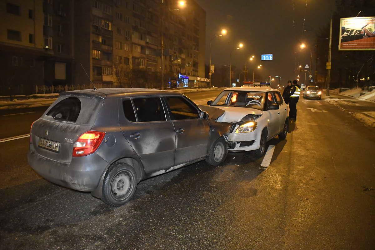 В результате ДТП госпитализировали водителя белой машины и пассажирку серой