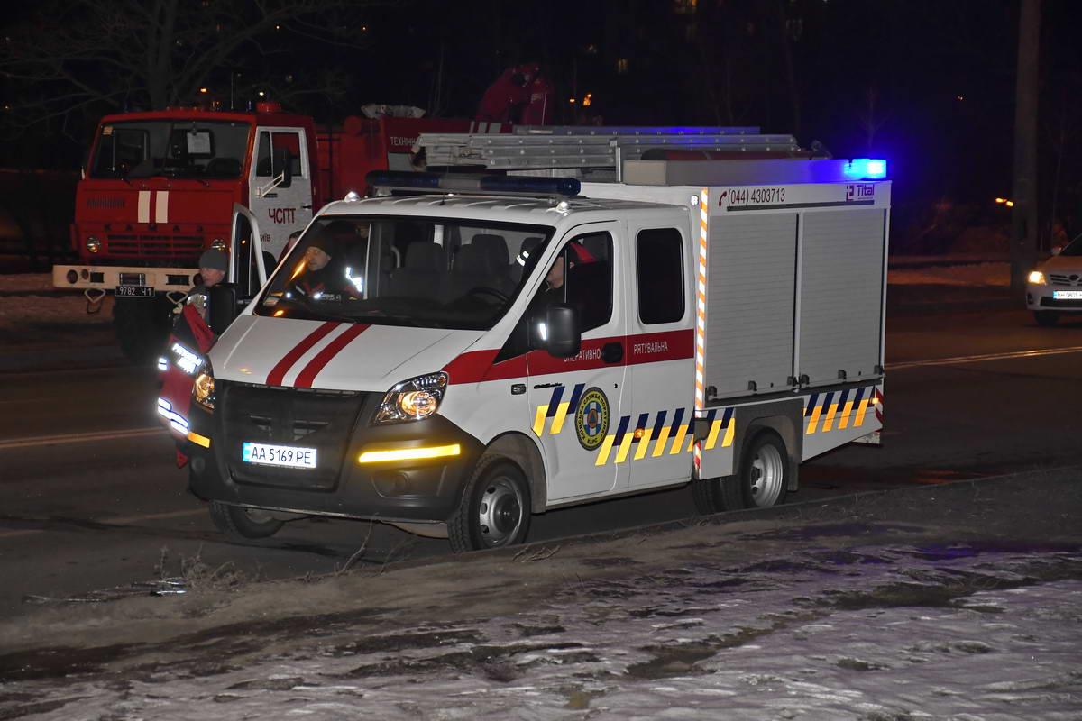 На место аварии выезжали спасатели КМДА