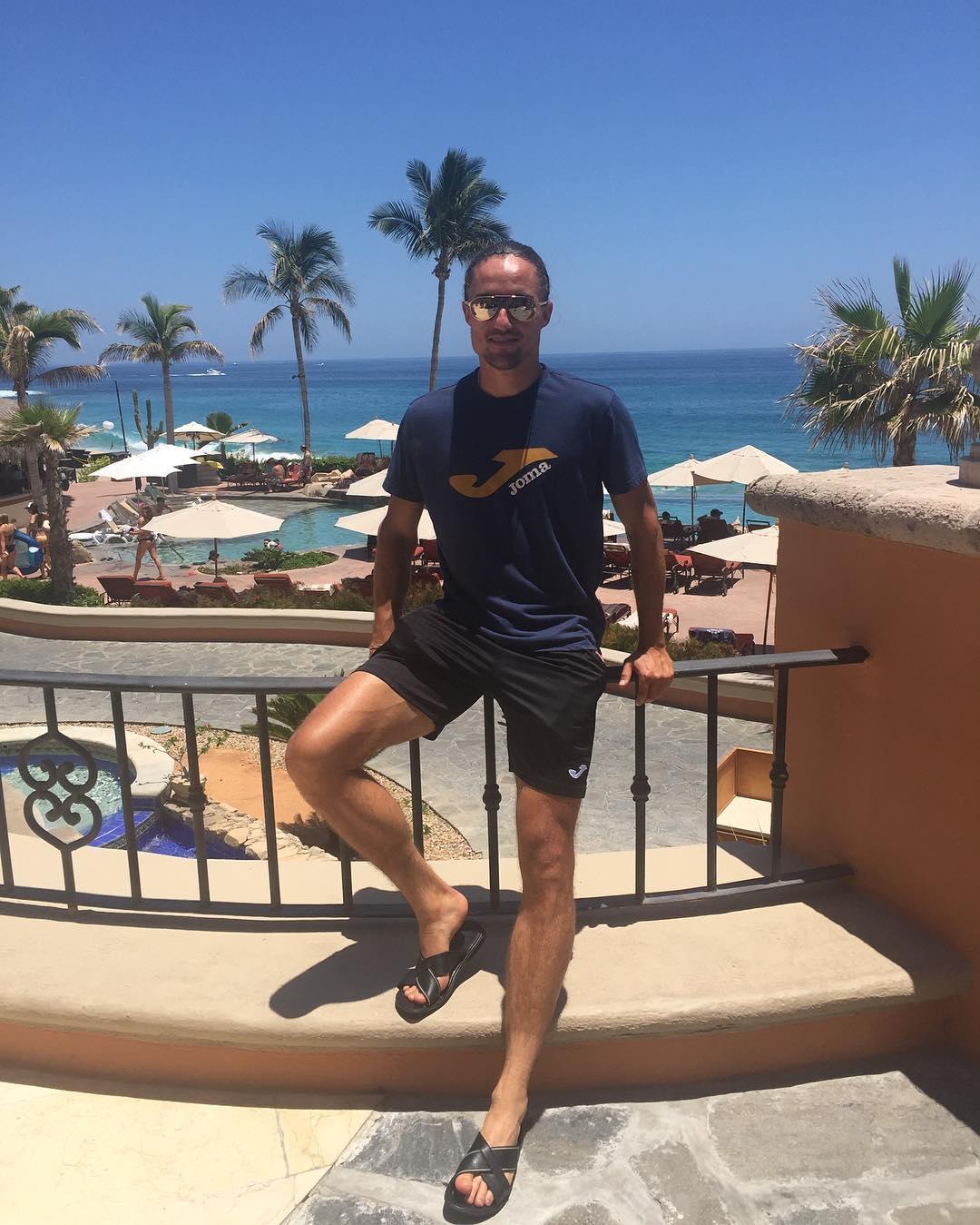 Спортсмен любит позагорать на пляже и красиво отдыхать