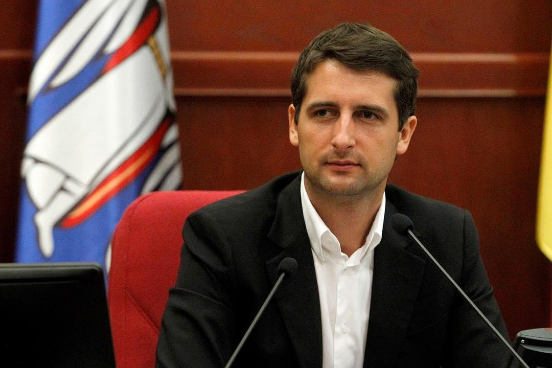 Молодой депутат смотрит в свое светлое будущее