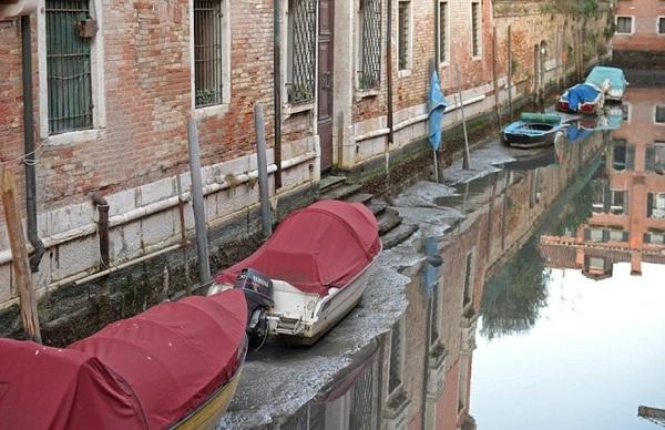 Суперлуние осушило каналы в Венеции