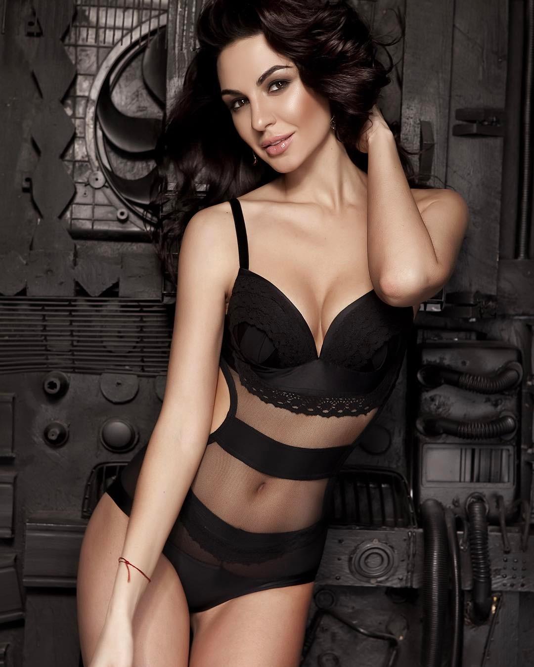 Мужчины оглядываются ей в след и мечтают удостоится хотя бы секунды внимания со стороны этой очаровательной девушки