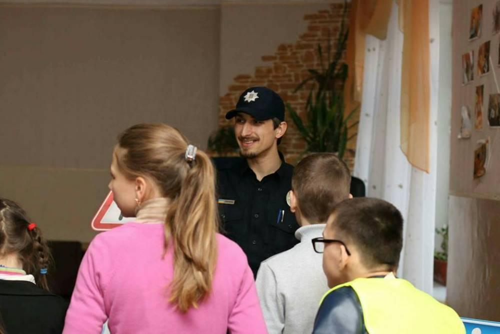 Судя по улыбке Дмитрия на этом фото, работа с детьми ему нравится