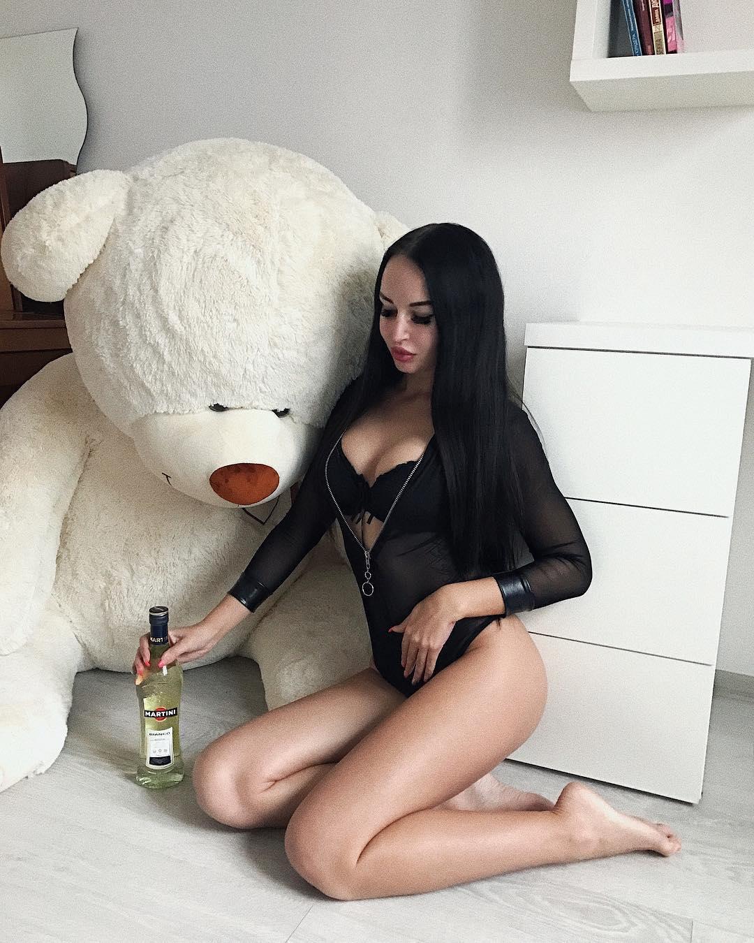 Хоть Ника и замужем, это не мешает ей выкладывать сотни сексуальных фотографий