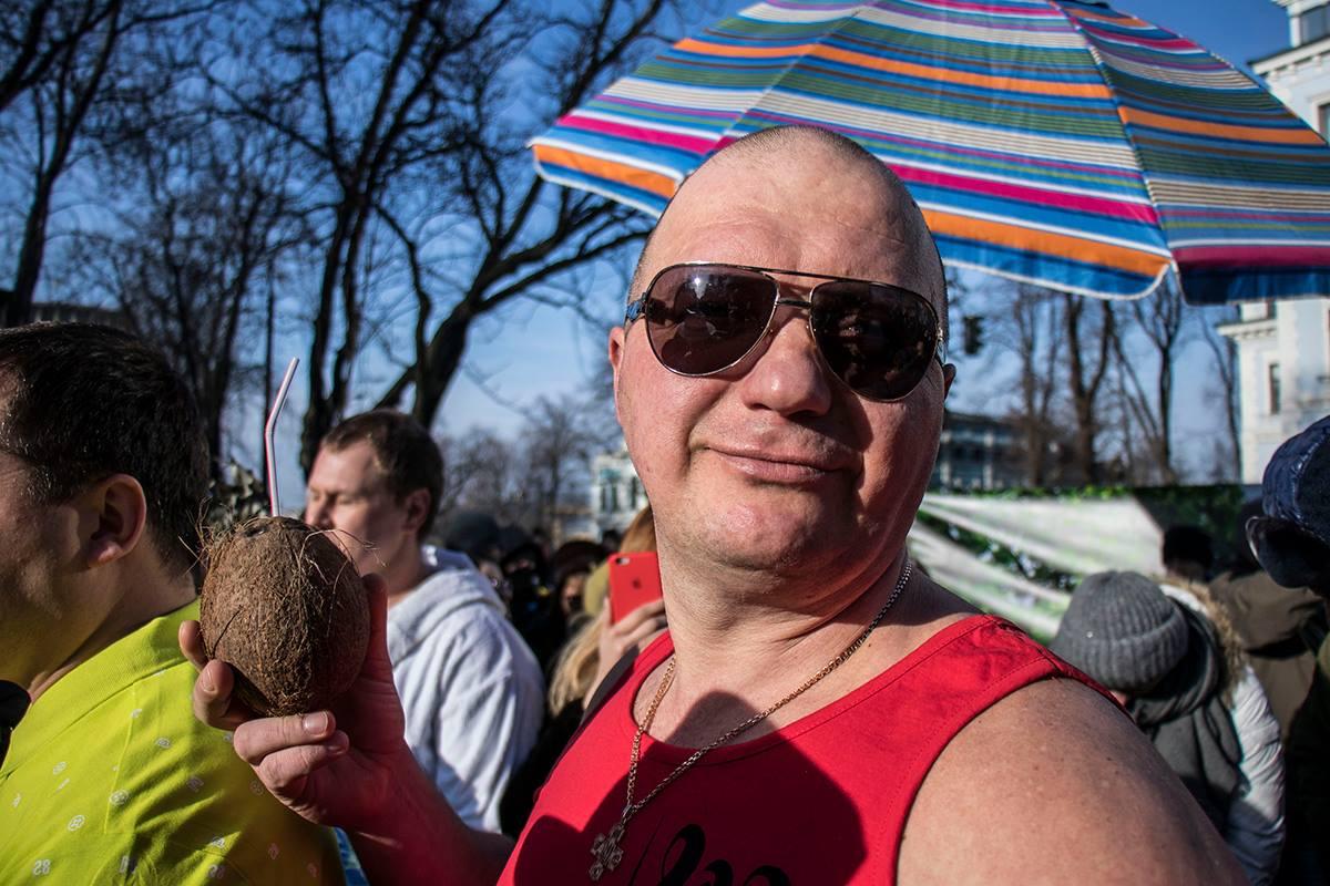 Они пришли под Администрацию Президента в шортах, солнцезащитных очках и с кокосами в руках