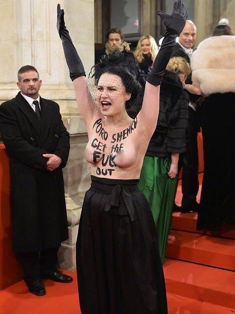 """""""Визит принца Порошенко на Венский бал омрачила пиковая дама из FEMEN"""", - говорится в сообщении организации на Facebook"""