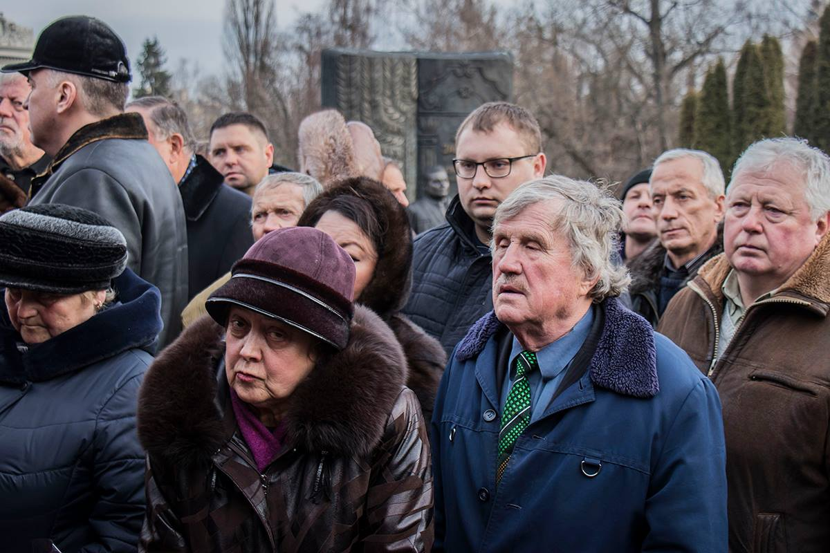 На похорон легендарного космонавта пришли обычные горожане
