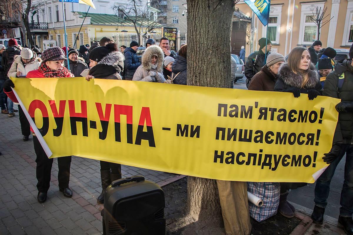 Националисты собрались у здания посольства Польши